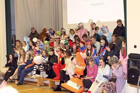 Penkkaripäivänä Kauhajoen lukion abiturientit olivat pukeutuneet monenlaisiin asuihin.