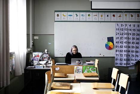 Kallion ala-asteen koulun toisen luokan opettaja Ronja Heino pitämässä etäopetustuntia oppilailleen.