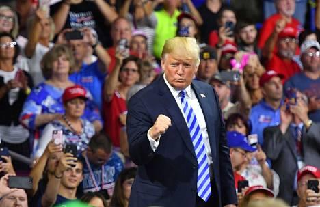 Presidentti Donald Trump piti vaalilupauksensa ja käynnisti Yhdysvaltain eroprosessin Pariisin ilmastosopimuksesta. Kuvassa Trump on kannattajiensa edessä Charlestonissa 21. elokuuta.