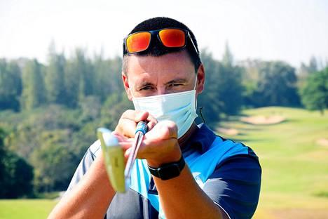 Golf-opettaja Juha Vuorinen on ainoana ulkomaalaisena tällä hetkellä Thaimaassa järjestämässä torstaina valtion hyväksymiä golfkaranteeneja. Hän järjestää karanteeneja Kanchanaburissa.