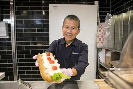 Monet asiakkaat ovat jo harmitelleet sitä, ettei hymyilevää ruokayrittäjää pian enää näe tiskin takana.