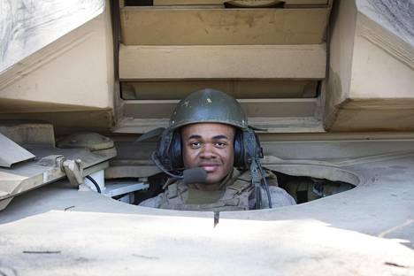 Yhdysvaltalaisen Abrams-taistelupanssarivaunun kuljettaja korpraali Taylor osallistui tänä vuonna suomalaiseen Arrow 18 -sotaharjoitukseen.