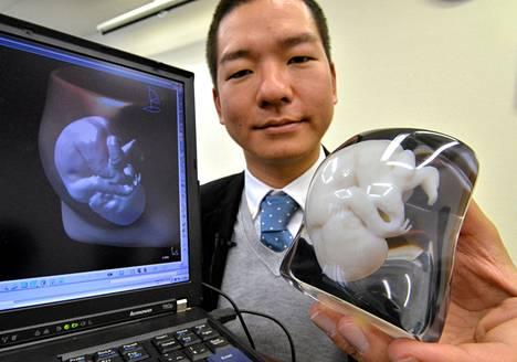 Fasotecin työntekijä Tomohiro Kinoshita esitteli sikiöstä tehtyä 3D-mallia Tokiossa maanantaina.