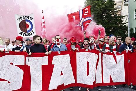 HIFK:n kannattajat marssilla ennen Veikkausliiga-kauden toista Stadin derbyä HJK:n ja HIFK:n välillä. Kannattajien marssit sujuivat rauhallisesti.