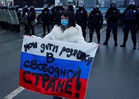 Mellakkapoliisien edessä Pietarin mielenosoituksessa seissyt nainen oli kirjoittanut Venäjän lippuun, että hänen lapsensa syntyvät vapaaseen maahan.