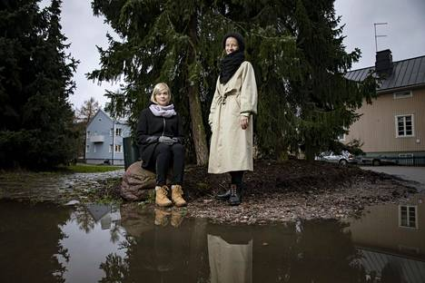 Ohjaaja Riikka Oksanen (vas.) ja näytelmäkirjailija Marie Kajava kuvattiin Kumpulassa.