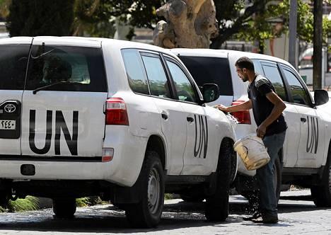 YK:n asetarkastajat palasivat Syyriaan. Tarkastajien autoja pestiin Damaskoksessa keskiviikkona.
