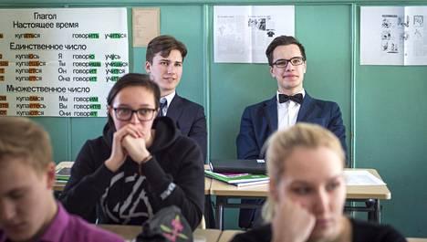 Mart Truu, 17, (takana vasemmalla) kuulee venäjää lähinnä Saarenmaan yhtenäiskoulun venäjän tunnilla.