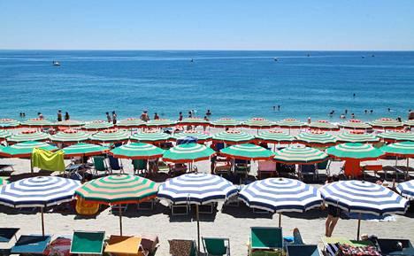 Vuosilomalakiin ollaan tekemässä EU:n lainsäädännön edellyttämiä muutoksia. Kuvassa Monterosson uimaranta Cinque terren alueella Italiassa.