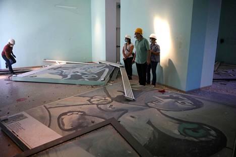 Museon henkilökunta tutki vaurioita räjähdyksen jälkeisenä päivänä. Vuonna 1961 avattu museo restauroitiin viisi vuotta sitten. Sen kokoelmissa on yli 800 teosta.