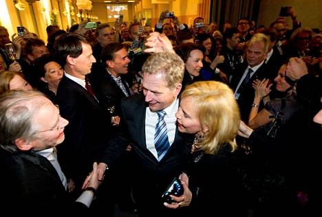 Sauli Niinistö omiensa keskellä vaalivalvojaisissa Finlandiatalossa.