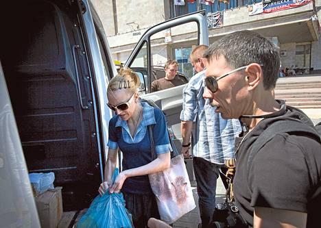Vapaaehtoiset keräsivät maanantaina Donetskin keskustassa avustuspaketteja vietäviksi Venäjän-mielisille separatisteille.