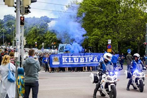 HJK:n kannattajia marssilla ennen Helsingin paikallisottelua HIFK:ta vastaan.
