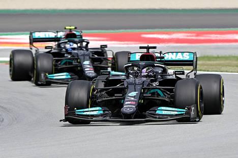 Lewis Hamilton ohitti Valtteri Bottaksen käytyään toisen kerran renkaidenvaihdossa.