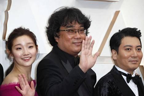 Parasite-elokuvan ohjaaja Bong Joon-ho (kesk.) yhdessä elokuvan näyttelijöiden Park So-damin (vas.) ja Park Myung-hoonin kanssa saapumassa Oscar-gaalaan sunnuntaina.