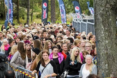 Suomalaisia on nyt melkein viisi ja puoli miljoonaa. Väkeä riitti viime kesänä myös Cheekin konserteissa Helsingin olympiastadionilla.