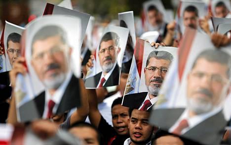 Egyptin syrjäytetyn presidentin Muhammed Mursin kannattajat osoittivat mieltään hänen pidätystään vastaan Egyptin suurlähetystön edustalla Kuala Lumpurissa.