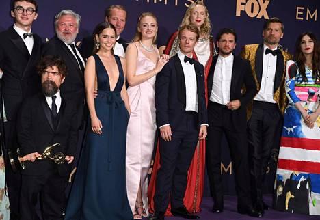 Game of Thronesin näyttelijöitä yhteiskuvassa parhaan draamasarjan miessivuosa-Emmyn saaneen Peter Dinklage kanssa. HBO:n sarja sai myös parhaan draamasarjan Emmyn.