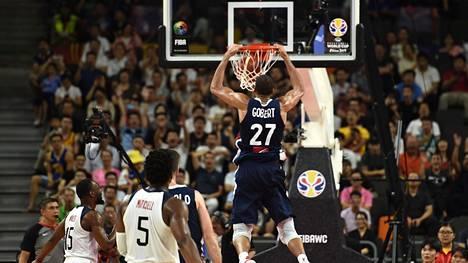 Ranskan Rudy Gobert teki näyttävän donkin koripallon MM-puolivälierissä USA:ta vastaan.