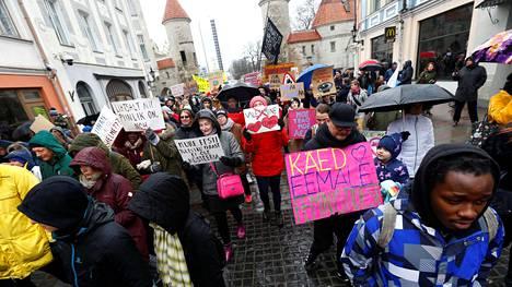 Viron konservatiivisen kansanpuolueen Ekren hallituspaikkaa vastustavat ihmiset marssivat Tallinnassa maaliskuun lopulla.