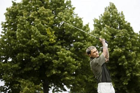 Mikael Gabriel pelasi golfia Pickalan kentällä Siuntiossa elokuussa 2020.