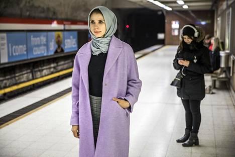 """Sara Salmani tuntee Helsingissä olonsa turvalliseksi, mutta viime aikoina yleistynyt muslimeihin suunnattu rasismi huolestuttaa häntä. """"Positiivisten kommenttien määrä on elämäni aikana kuitenkin ollut suurempi"""", hän sanoo."""