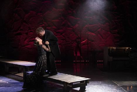 Jussi Lehtonen ja Maria Kuusiluoma näyttelivät Anne Rautiaisen ohjaaman Lokin keskeisissä rooleissa Kansallisteatterin pienellä näyttämöllä.