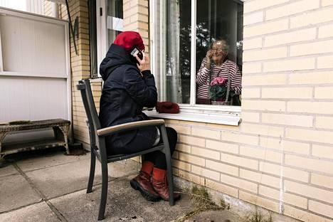 Marja-Liisa Kettunen vieraili äitinsä Annikki Koskelan luona Tuiran palvelutalossa Oulussa huhtikuun alussa. Aiemmassa ohjeistuksessa yli 70-vuotiaita on kehotettu välttämään liikkumista kodin ulkopuolella.