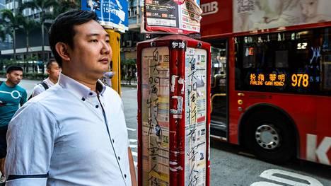 Hugo Wong bussipyäskillä Wanchaissa. Hän on lopettanut metron käytön protestina, sillä metroyhtiö MTR toimille.