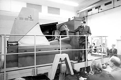 Ilmasotakoulun johtaja Pertti Tapanainen esitteli uutta simulaattoria 1. lokakuuta 1981. Tapanainen kuvasi hankintaa tärkeäksi turvan ja koulutustehon lisääjäksi.