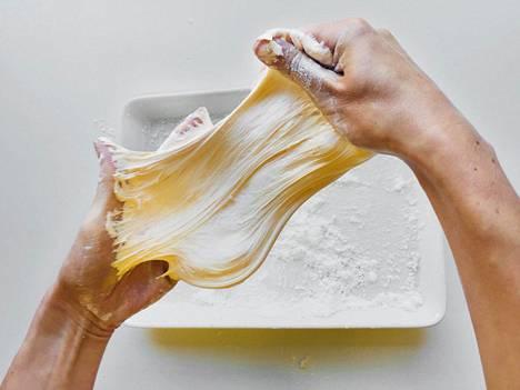 Syötävistä aineksista syntyy myrkytön, mutta ihanan venyvä slime.