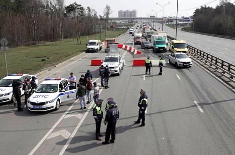 Poliisit valvoivat tarkastuspistettä Moskovassa maanantaina.