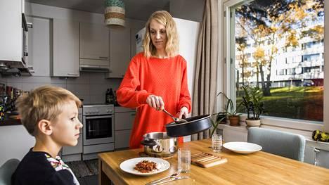 Helsinkiläinen Tiina Taivainen ottaa ilmastonmuutoksen huomioon arjessaan ja yrittää vaikuttaa muun muassa ruokavalinnoillaan. Taivainen välttää liha- ja maitotuotteita ja syö kasviperäistä ruokaa ja kalaa. Perjantaina Taivaisen ja Topi Leivonniemen ruokapöydässä oli chili con vegeä ja kauramaitoa.