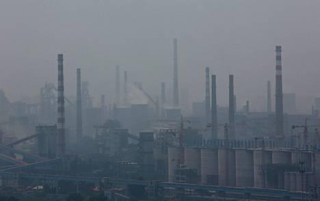 Terästehdas savusumun keskellä Anshanissa, Liaoningin maakunnassa viime kesäkuussa.
