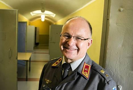 Prikaatikenraali Pertti Laatikainen toimistollaan Päävartiossa.
