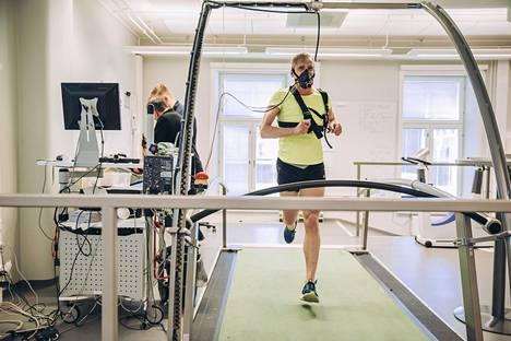 Åauli Kiuru jaksoi juosta matolla 21 minuuttia. Hän oli tyytyväinen tuloksiin kaikkinensa.