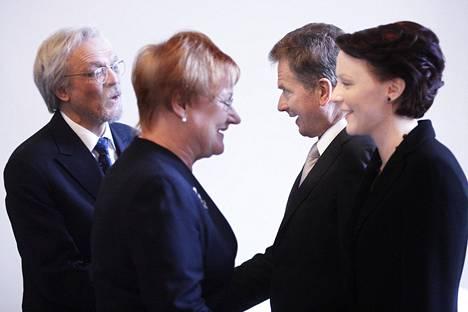 Puhemies Sauli Niinistö ja puoliso Jenni Haukio tervehtivät presidentti Tarja Halosta ja tohtori Pentti Arajärveä puhemiehen vastaanotolla valtiopäivien avajaisissa helmikuussa 2009.