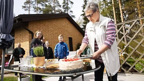 Leena Murtovaara leikkasi äitienpäivänä kakkua lasten Päivi Murtovaara-Ruottisen ja Vesa-Pekka Murtovaaran sekä lastenlasten Maiju ja Kalle Murtovaaran katsellessa turvavälin päästä.