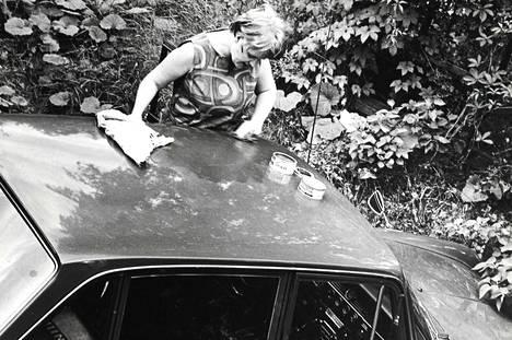 Auton rattiin ei vaimolla usein ole asiaa, mutia autoa vahaamaan hän kyllä kelpaa. Tietenkin sen jälkeen, kun aviomies on tarkoin selittänyt miten 'minun autoni' vahaus pitää tehdä.