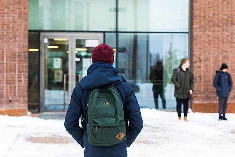 """Oliver Jokelainen, 15, oli viime vuoden keväällä etäopetuksessa, koska perheessä on riskiryhmään kuuluvia. Etäopetuksessa kontaktin saaminen opettajiin oli vaikeaa ja tehtäviä tuli enemmän kuin lähiopetuksessa. """"Minulla onneksi tipahti keskiarvo vain vähän"""", hän kertoo."""