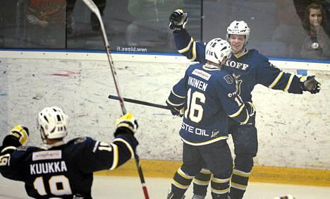 Bluesin Mikko Kuukka (vas.), Juuso Ikonen (kesk.) ja Miro Aaltonen juhlivat Aaltosen tekemää 1-0 -maalia jääkiekon SM-liigan ottelussa Blues-TPS torstaina.