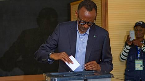 Ruandan presidentinvaalit voittanut Paul Kagame äänesti Kigalissa perjantaina.