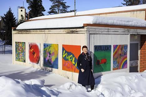 Graafikko, taiteilija Anna Korhonen muutti Helsingistä Vuolijoelle koronaevakkoon yhdessä tyttärensä kanssa. Mies ja vanhin lapsi jäivät vielä tässä vaiheessa Helsinkiin.