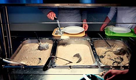 Haagan peruskoulussa ruoat valmistaa yksityinen Blue Service partners. Tiistaina oli tarjolla ohrasuurimopuuroa mansikkakeitolla ja vaihtoehtoisesti kalakeittoa.