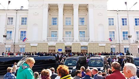 Tuhannet ihmiset osallistuivat viiden Vienanmeren onnettomuudessa kuolleen työntekijän hautajaisiin ydintutkimuskaupunki Sarovissa Nižni Novgorodin alueella.