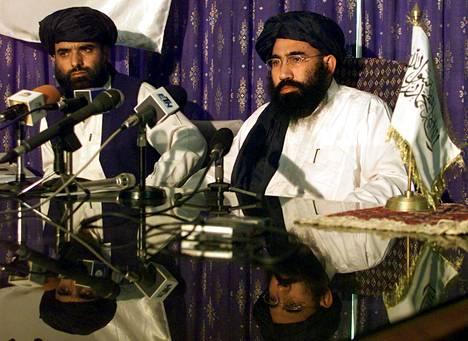 Talebanin apulaislähettiläs Suhail Shaheen (vas.) ja lähettiläs Abdul Salam Zaeef lehdistötilaisuudessa Pakistanin pääkaupungissa Islamadissa heinäkuussa 2001.