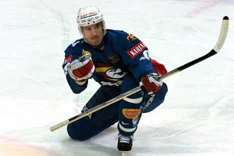 Näin Miroslav Hlinka tuuletti SM-liigan välieräottelussa HPK:ta vastaan keväällä 2000.