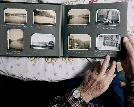 SS-Untersturmführer Brynolf Palmgren esitteli sodan aikaista valokuva-albumiaan HS:lle joulukuussa 2016. Palmgren oli yksi noin 1400 suomalaisesta, jotka palvelivat toisen maailmansodan aikana suomalaispataljoonassa Saksan Waffen-SS-joukoissa.