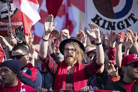 HIFK:n kannattajaryhmä Stadin Kingit laulaa yleensä läpi koko ottelun riippumatta siitä, onko joukkue johdossa vai tappiolla.