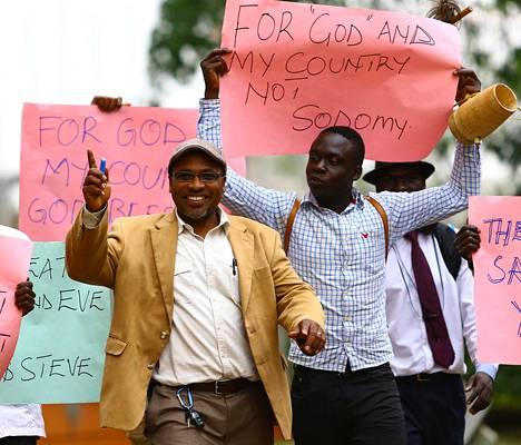 Ugandalainen pastori Martin Ssempa (vas.) johti homojenvastaista marssia Kampalassa helmikuussa.